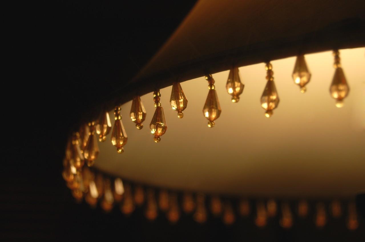 To abażur nadaje kształt lampie stojącej
