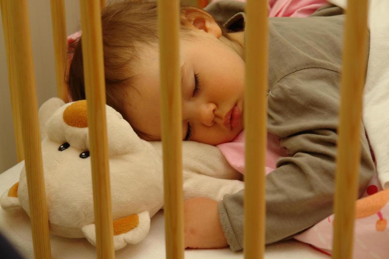 Pierwsza zabawka niemowlaka – karuzela do łóżeczka